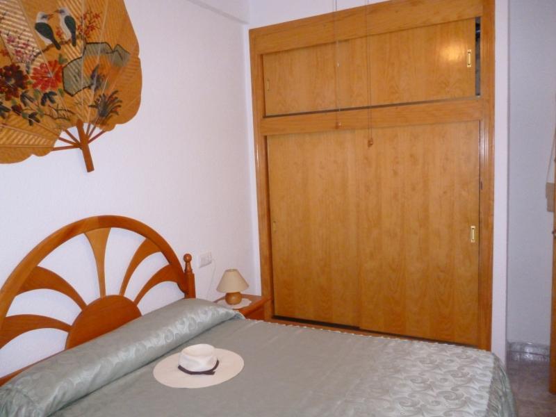 otro angulo del dormitorio principal , armario empotrado, de gran capacidad y altillo .