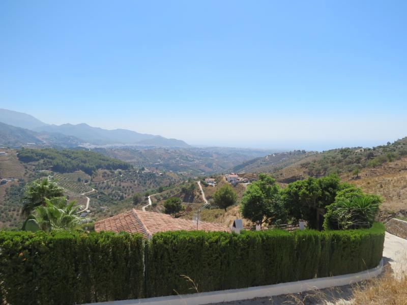 Views of the entrance and location of the villa