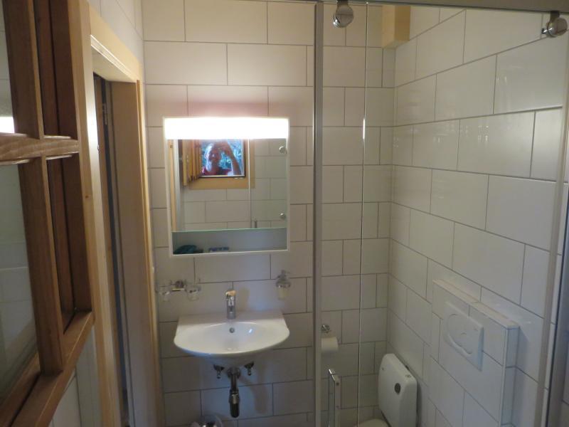 Bovenverdieping badkamer met douchecabine 2e