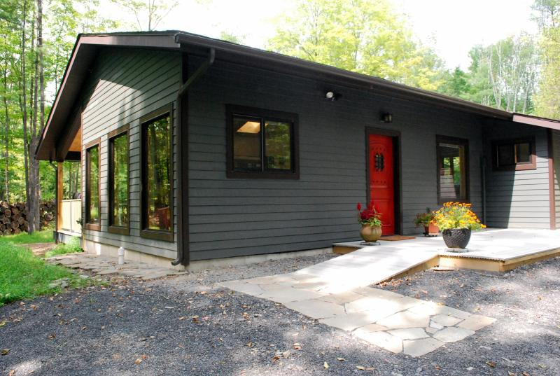 Marigold cabin by the stream -  Heart of Woodstock with Hot Tub & Fireplace, alquiler de vacaciones en Woodstock