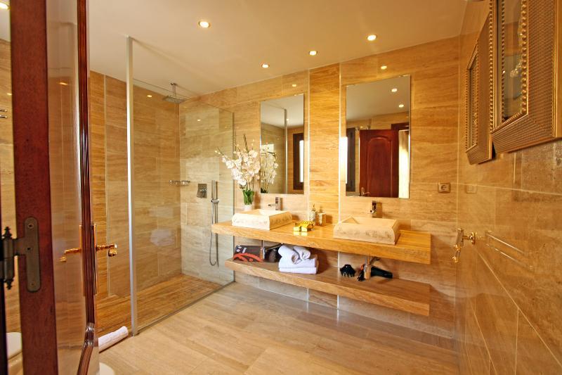 Bathroom n 2, 2 sinks, toilet, bidet, heating, hair dryer, window ext.