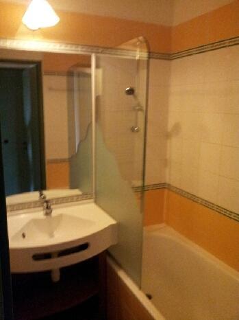 Banheiro com vaso sanitário.