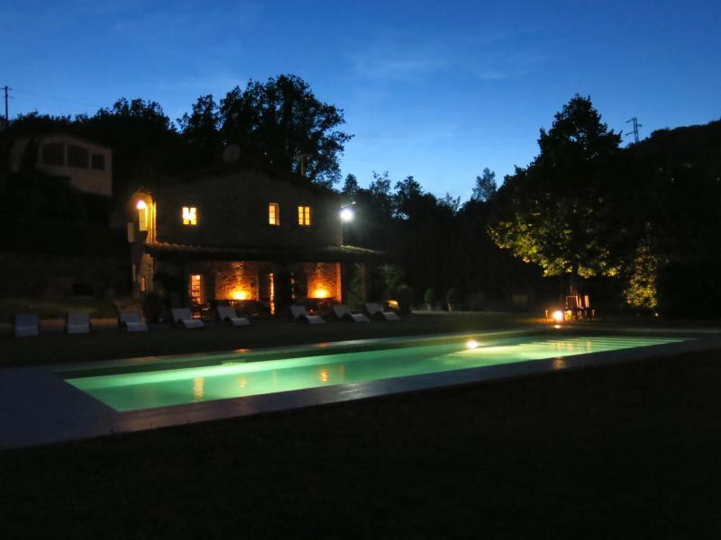 Casa y piscina en la noche