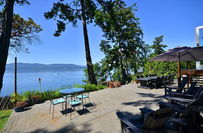 Victoria Area Deep Cove Ocean Front 5 Bedroom Private Vacation Home, alquiler vacacional en Fulford Harbour
