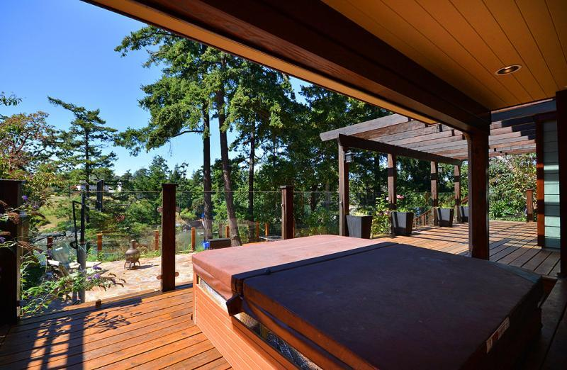 Private hot tub with views of the Gorge Waterway