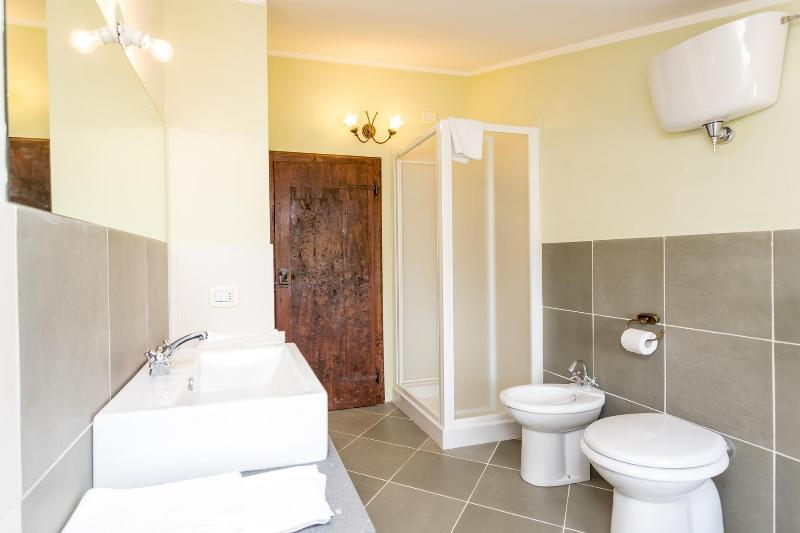 El cuarto de baño con ducha