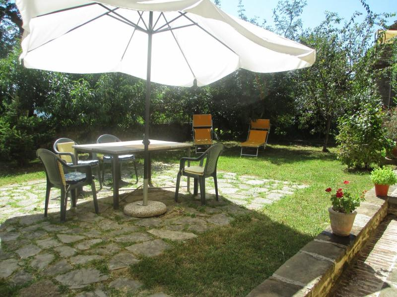 Lovely Townhouse with private garden Special 2019 ADVANCE BOOKING!, alquiler vacacional en Panicale