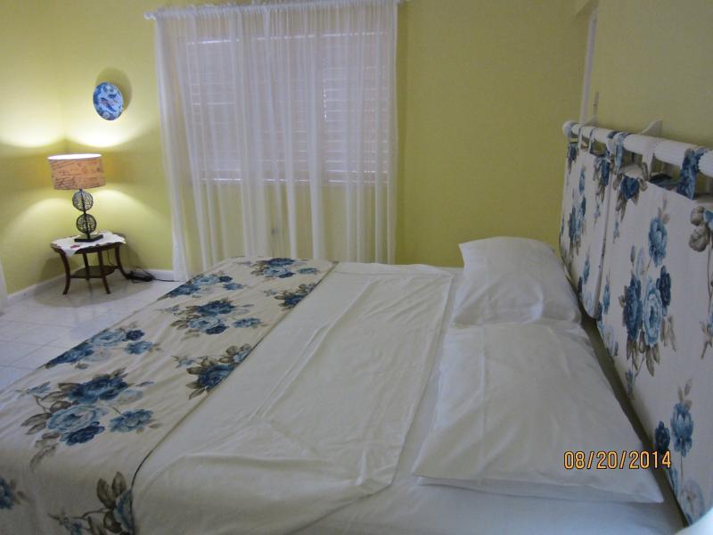 Sanora Master bedroom - Californian king bed, AC, ceiling fan, en-suite bathroom