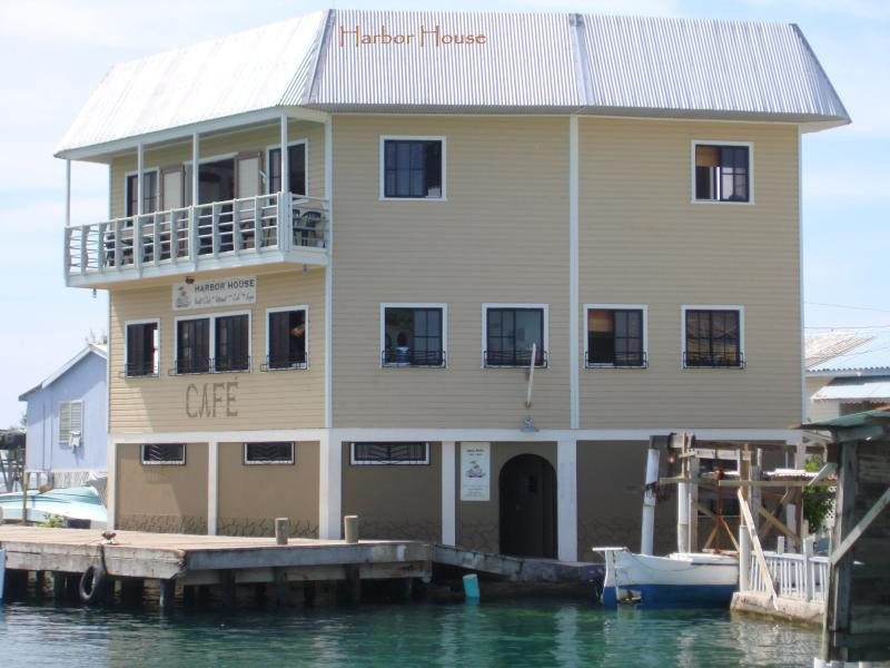 Penthouse At Harbor House -Waterfront Ocean Views, casa vacanza a Utila