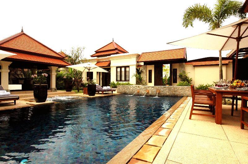 Villa Rouge- Luxury 4 (+1) Bedroom Villa in Laguna, aluguéis de temporada em Thalang District