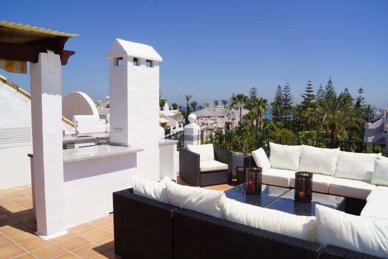 Sitting area on the roof terrace and outdoor kitchen
