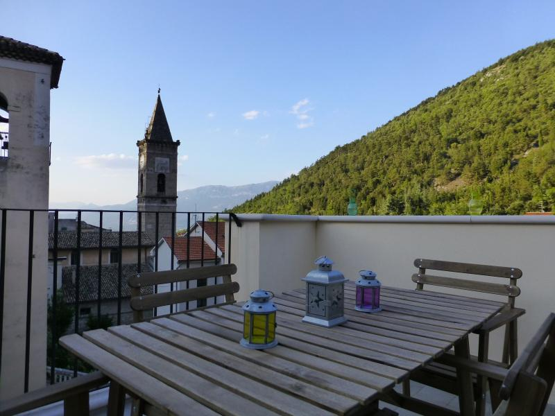 Quaint Restored 5 Storey Village House Sleeps 6, alquiler vacacional en Bugnara