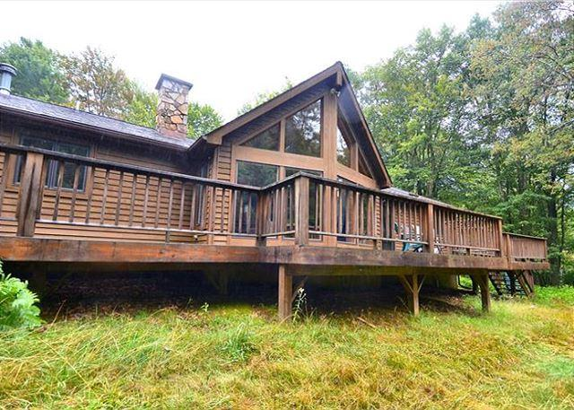 Beautiful custom built home offers peace and quiet in a beautiful setting., aluguéis de temporada em Vale do Canaã