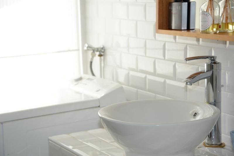 Salle d'eau avec sèche-serviettes électrique