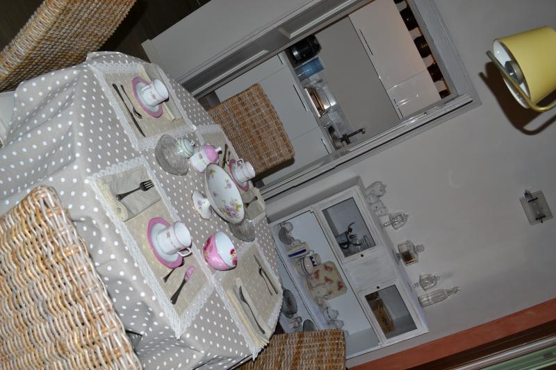 La tavola e l'angolo cucina