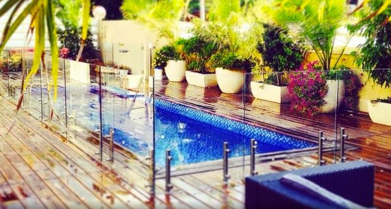 Une autre vue fraîche de la piscine