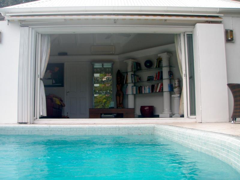 piscine devant salon