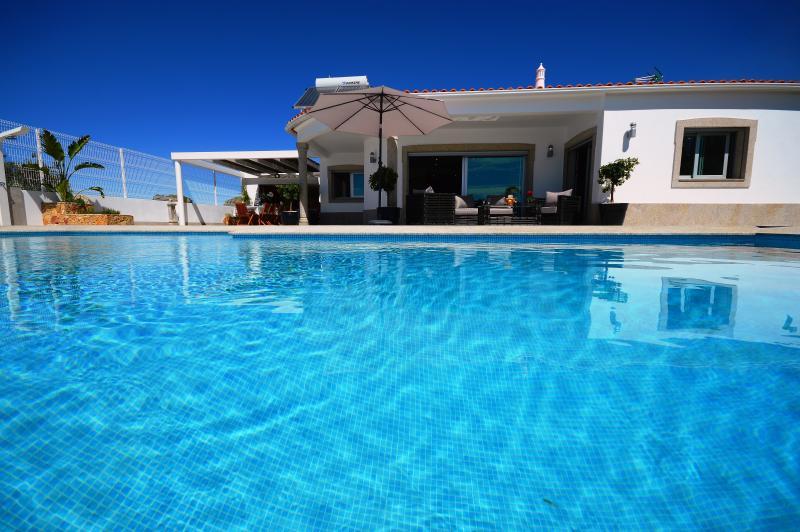 Villa Maria located in Olhos de Agua offers spacious and modern accommodation, aluguéis de temporada em Olhos de Água