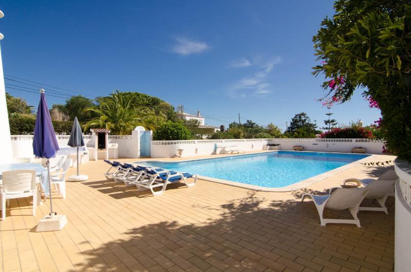 La terrasse de la piscine avec chaises longues