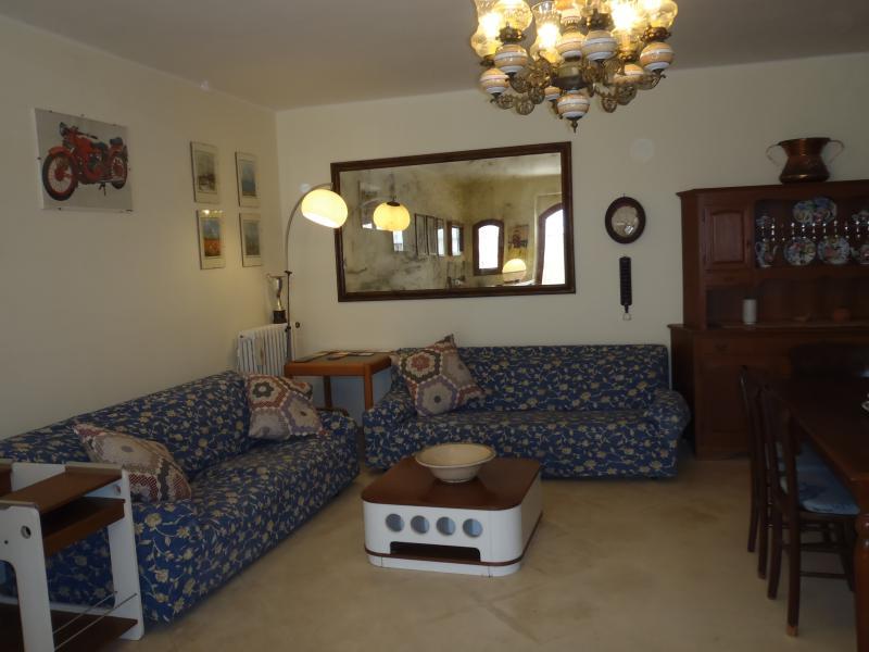 ampio soggiorno con tavolo allungabile fino a 14 persone