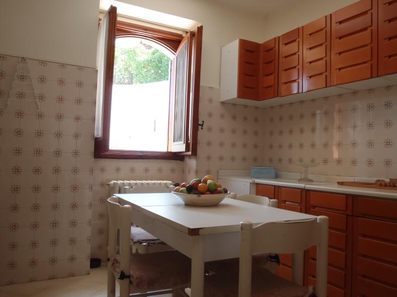 cucina abitabile in legno di ciliegio