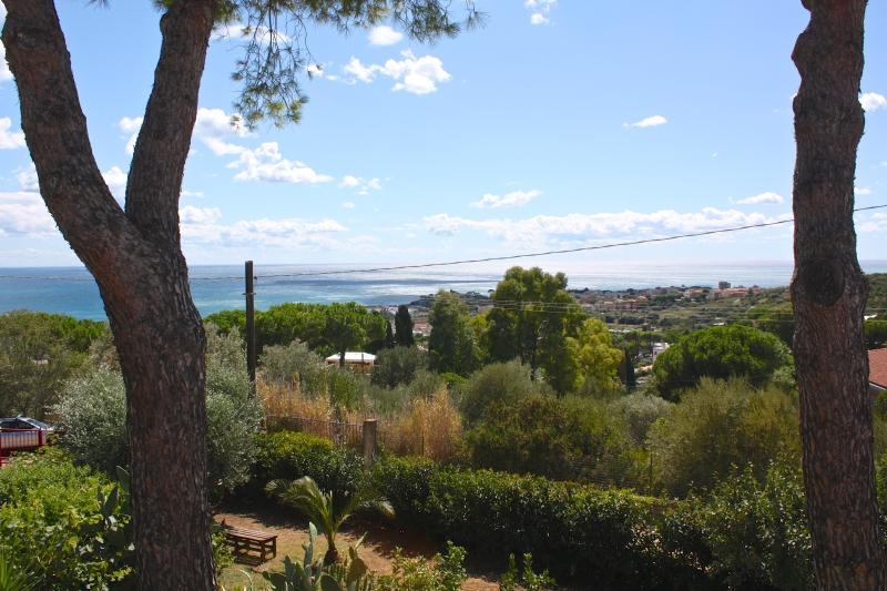 Casa in villa, giardino alberato, super vista mare, holiday rental in Santa Marinella