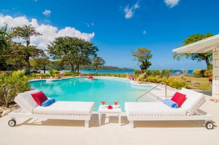 *PLEASE ENQUIRE FOR SPECIAL RATES* Luxury 5 Bed Fully Staffed Beachfront Villa, vacation rental in Discovery Bay