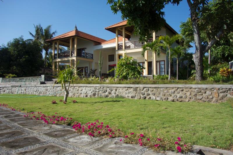 PRIVATE LUXUS-VILLA IN ASIATISCH-WESTLICHEM STIL - TRAUMLAGE AM MEER, holiday rental in Singaraja