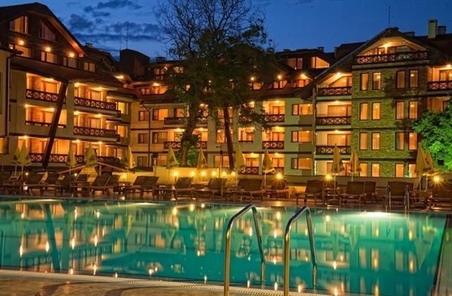 Outdoro Pool bei Nacht