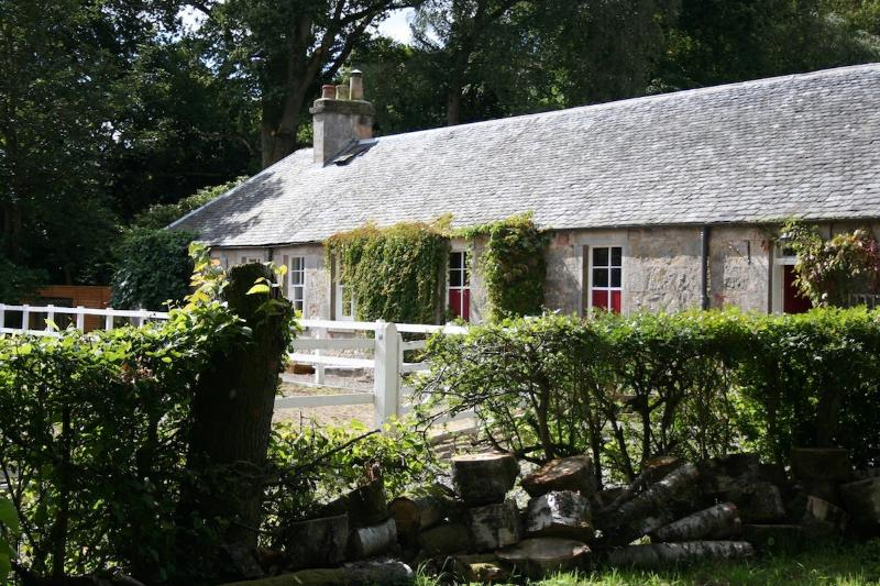 Riverside cottage with hot tub near Stirling, holiday rental in Stirling