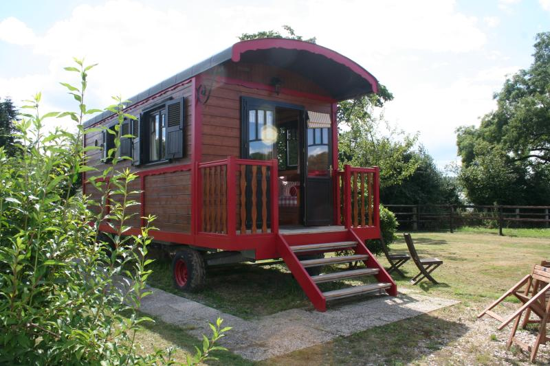 Romantic Gypsy Caravan nearby Thatched Stud Farm, location de vacances à Bourneville