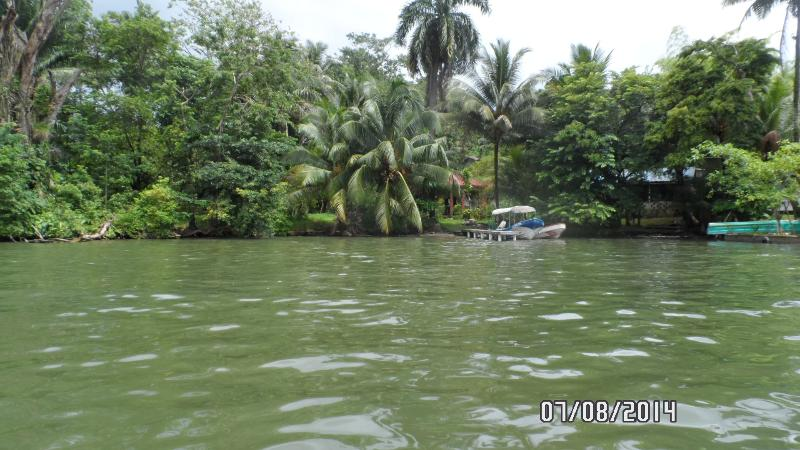 En las proximidades, Rio Dulce.