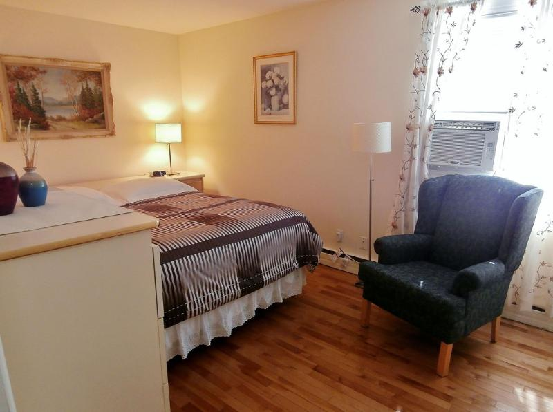 Suite 1. Master Bedroom Elegantly Decorated with Hardwood Floors, Queen Size Bed and Walk-in Closet.