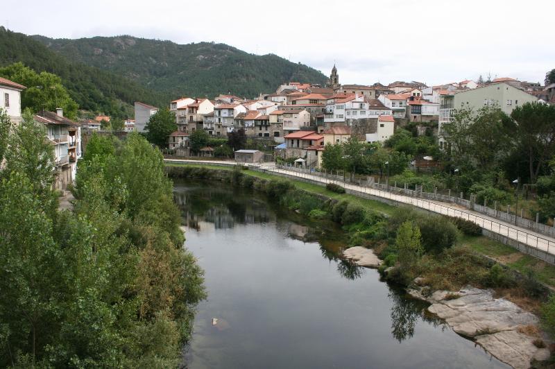 Pueblo de Ribadavia junto al rio Avia, a 3 km de la casa.