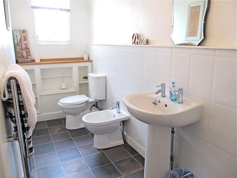 4 morceau de salle de bains entièrement carrelée