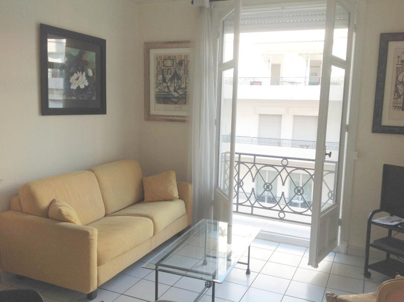 Séjour avec balcon / Living Area with Balcony