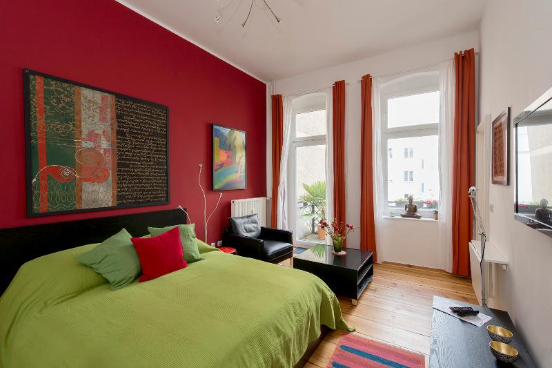 647 | Bright & colorful studio apartment with balcony, vacation rental in Berlin