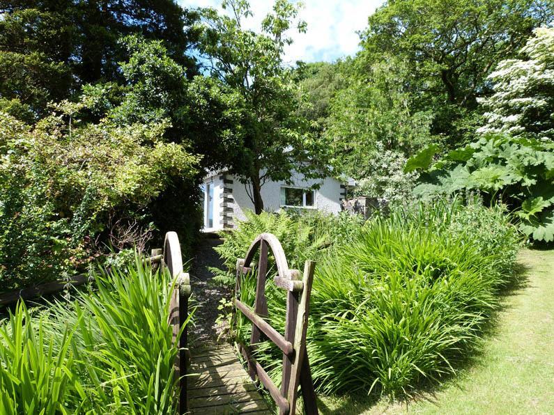 Casa unifamiliar ubicado en su propio cerrado jardín junto a un pequeño arroyo