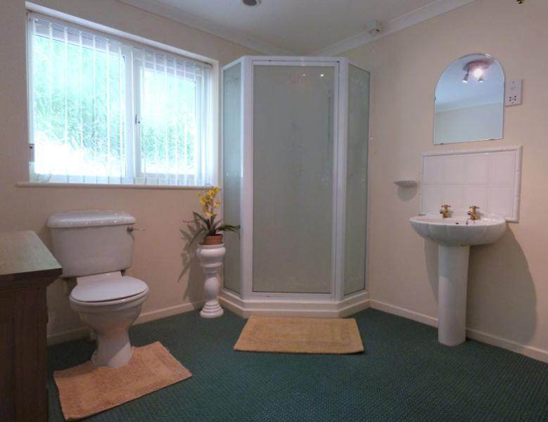 Sala de ducha independiente, amplia, también con lavabo y WC
