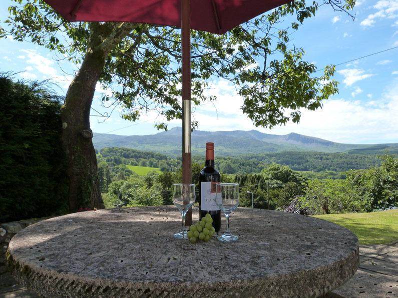 Magníficas vistas hacia Cader Idris desde el patio frente a su casa de campo