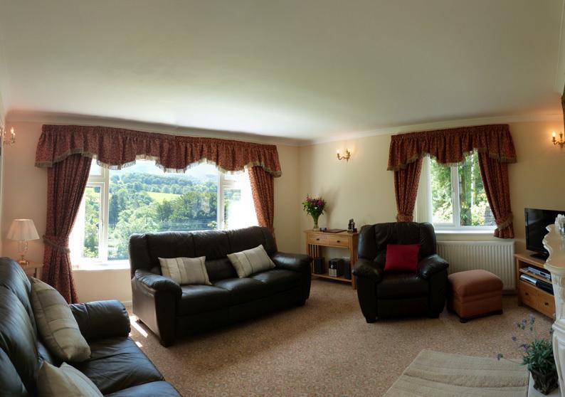 Acogedora sala de estar con vida eléctrica llama de fuego, TV / DVD y vistas magníficas.