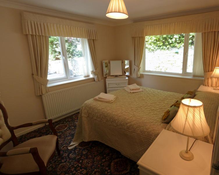 Habitación doble 2 - amplio dormitorio con vistas a los jardines cerrados