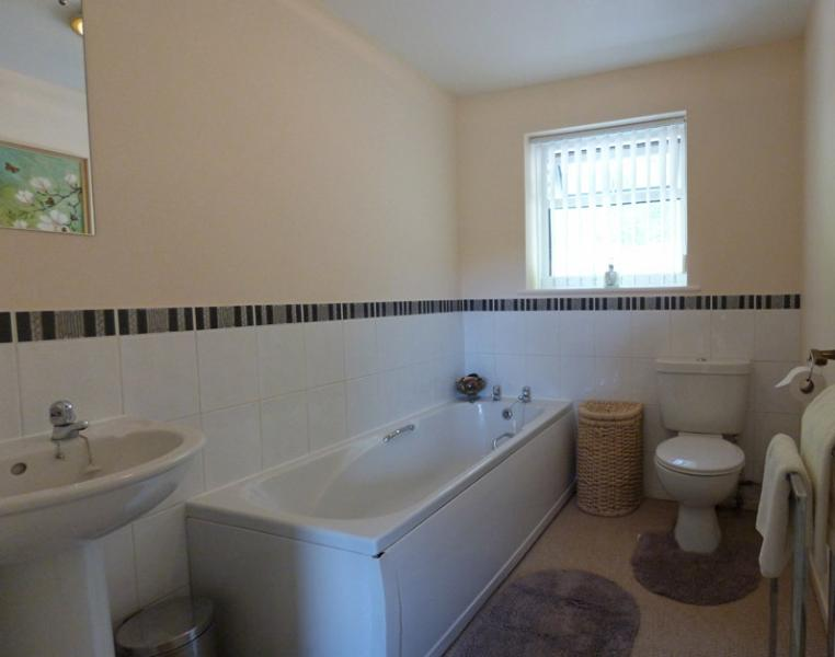 Baño con bañera, lavabo y WC