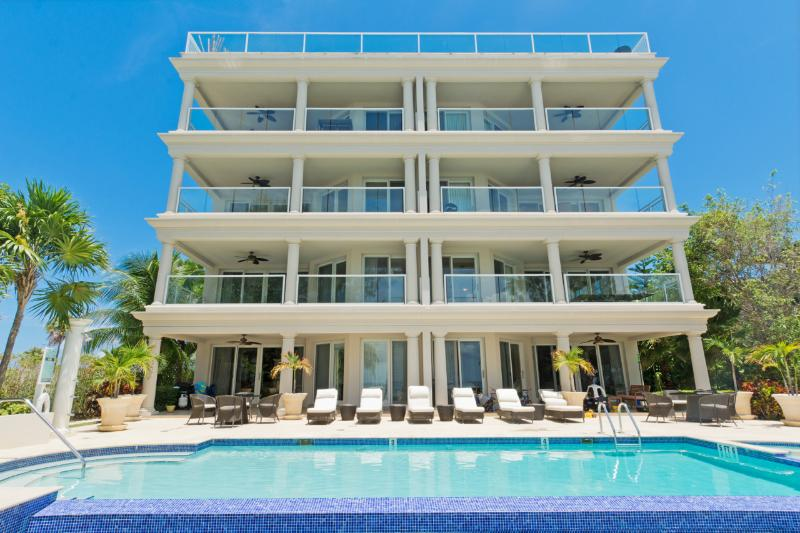Sea Breeze, a luxury SMB beachfront condo, holiday rental in Seven Mile Beach