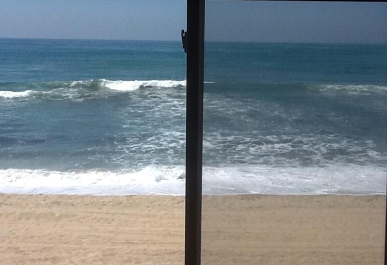 Blick von einem der fünf Fenster mit Blick auf Meer und Strand