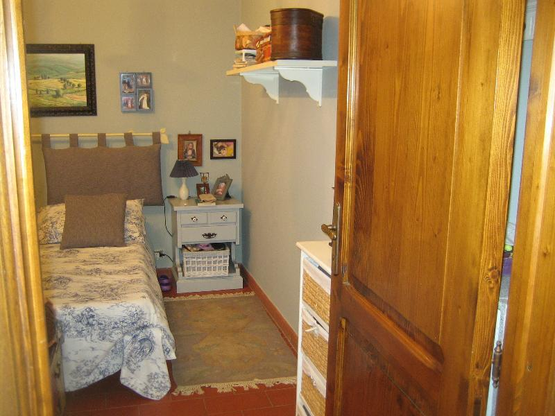 2nd bedroom: king size bed