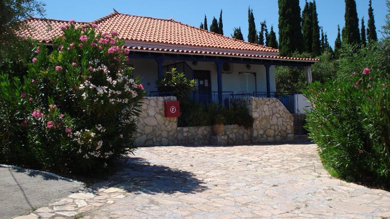 House TAKIS HAIKOS  two minutes walk to the beach Peroulia, vacation rental in Koroni