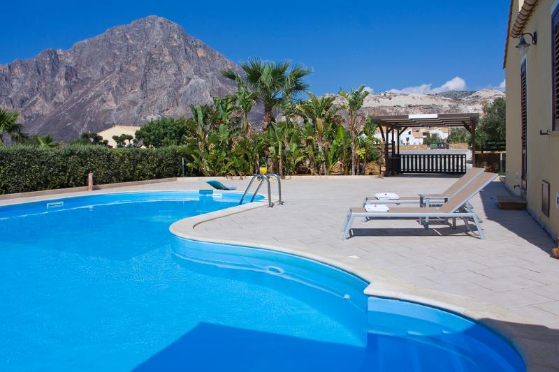 The wonderful pool and the view of Monte Cofano