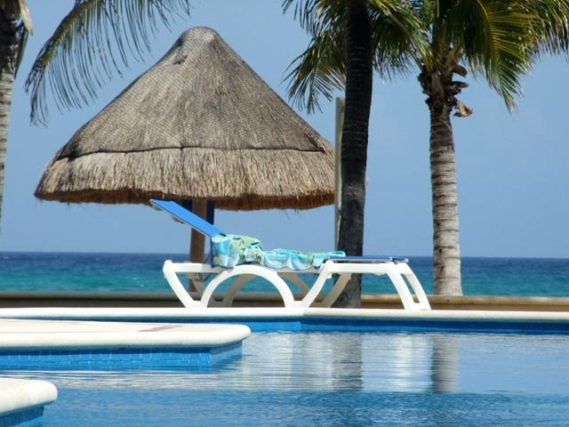 Luxurious Beach Front Condo with Spectacular Views, Ferienwohnung in Puerto Aventuras