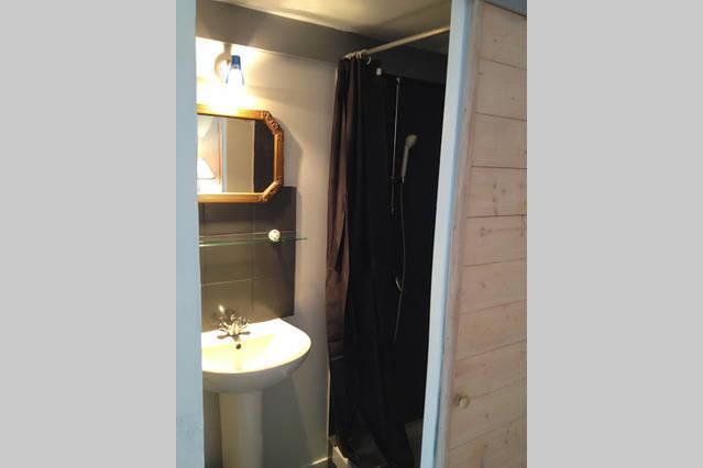 Salle de douche / lavabo / wc, privés.